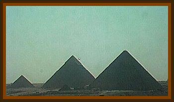 UFO Photographed over the Giza Pyramids